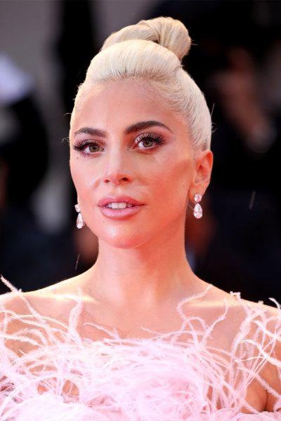 GJESTI I ËMBËL/ Lady Gaga viziton të mbijetuarit nga zjarri në Kaliforni dhe u plotëson dëshirat
