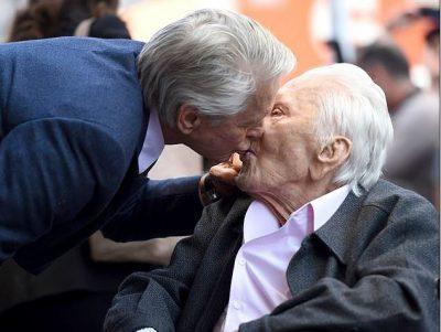 """NDEROHET ME YLL NË """"WALK OF FAME""""/ Michael Douglas puth në buzë babain"""