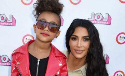 NË HAPAT E SË ËMËS/ Vajza e Kim Kardashian përdor produktet kozmetike si profesioniste