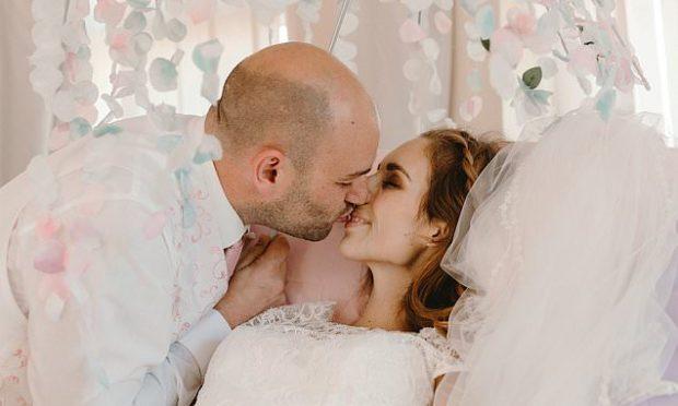 PARA SE TË VDISTE/ Nusja e sëmurë martohet në shtratin e spitalit (FOTO)