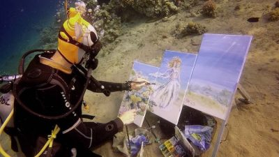 E PABESUESHME/ Artistja e talentuar pikturon nën ujë (VIDEO)