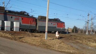 RASTI I HABITSHËM/ Treni ecën jashtë shinave (VIDEO)