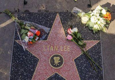 U NDA NGA JETA PREJ SËMUNDJEVE/ Fansat i bëjn homazh Stan Lee në yllin e tij të Walk of Fame