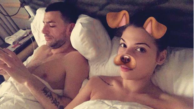 STRESI NDODHET NË BURG/ Kejsi publikon videon intime nga krevati dhe ja si e përkëdhel reperin