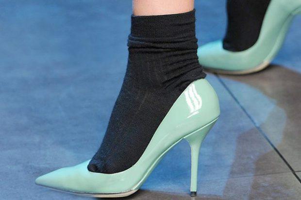 TRENDI FUNDIT/ Këtë dimër këpucët me takë duhet ti vishni patjetër me çorape (FOTO)
