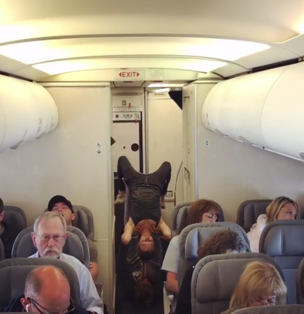 """U HABITËN TË GJITHË/ Shfaqja e """"çuditshme"""" e yogës në fund të aeroplanit (VIDEO)"""