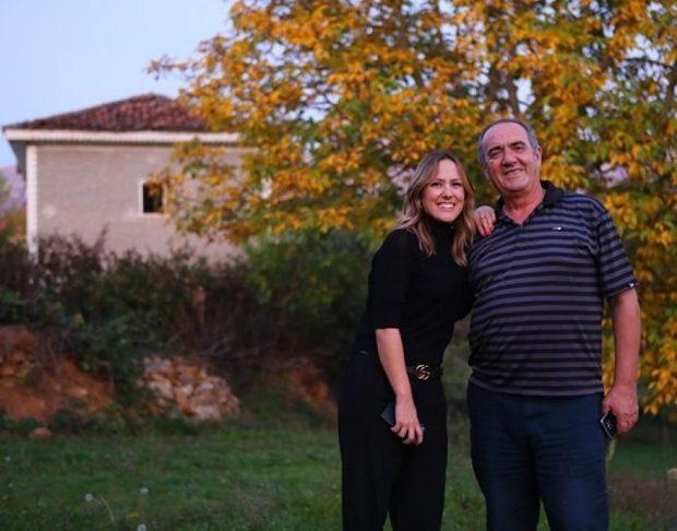 """DO TA ADHURONI/ Arbana Osmani publikon foto me babain e saj të veshur si """"Babagjysh"""""""