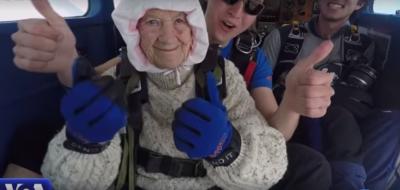 MOSHA NUK NDAL 102 VJEÇAREN/ Hidhet me parashutë për bamirësi (VIDEO)