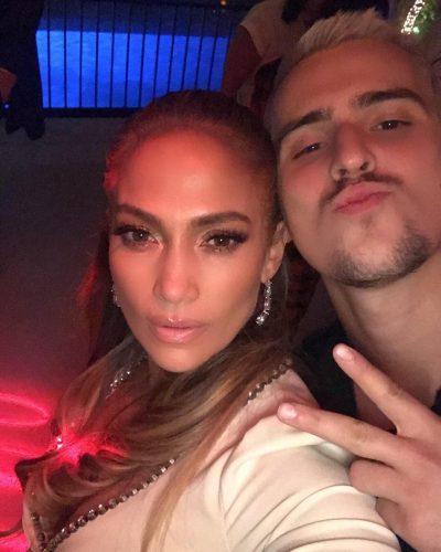 ME RASTIN E KRISHTLINDJEVE/ Këngëtari shqiptar këndoi live para Jennifer Lopez dhe reagimi saj s'duhet humbur (VIDEO)