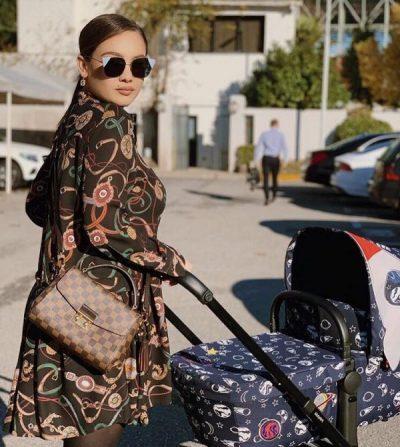 VETËM 3 MUAJSH/ Vogëlushi i Jona Spahiut vishet me firma të shtrenjta (FOTO)