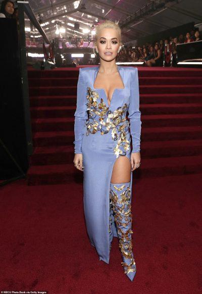 "SIPAS ""VOUGE""/ Rita Ora rikthen trendin e vitet 2000 (FOTO)"