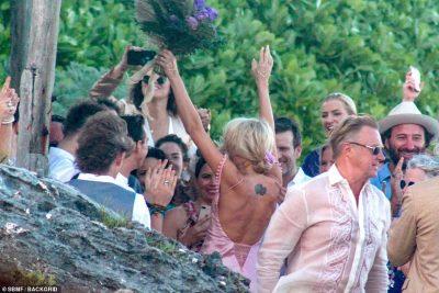 NUSJA MË SEKSI E VITIT/ Aktorja e famshme martohet në plazhin e Meksikës (FOTO)