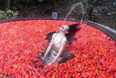 """""""VAJZA NË FLAKË""""/ Kinezja ha 20 speca djegës për 60 sekonda"""