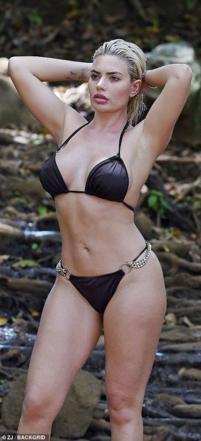 """MODELJA E NJOHUR RRIT TEMPERATURAT/ Shfaqet e """"nxehtë"""" me bikini (FOTO)"""