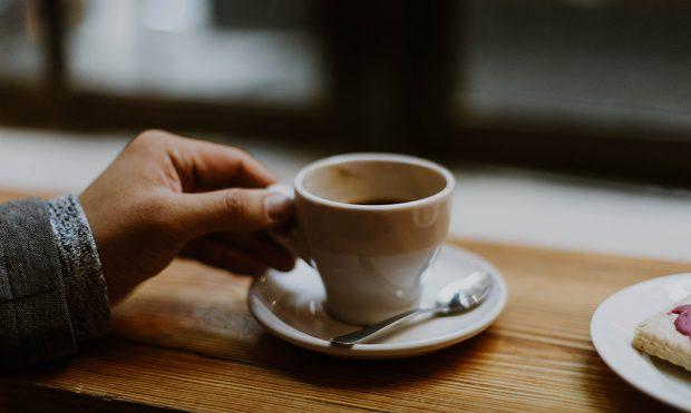 PA NDIHMËN E KAFES/ Ja 6 mënyra për t'u zgjuar në mëngjes