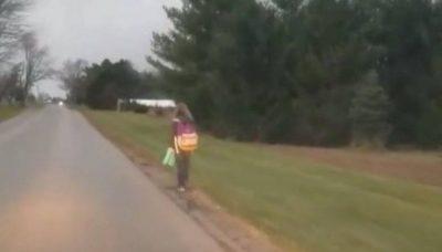 KA EDHE KËSHTU/ Babai detyron vajzën të ecë 8 km për ti dhënë një mësim në lidhje me shokët (VIDEO)