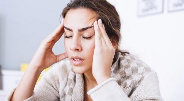 Katër shenjat që paralajmërojnë se dhimbja e kokës është serioze
