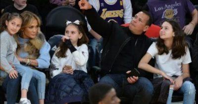 NJË FAMILJE E BASHKUAR/ Fëmijët e Jennifer Lopez dhe të dashurit të saj këndojnë së bashku (VIDEO)