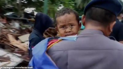 MREKULLI/ 5-vjeçari nxirret i gjallë nga rrënojat 12 orë pas cunamit (FOTO)