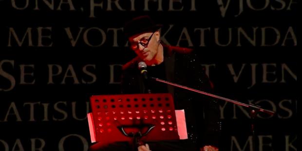 """VESHUR ME TË ZEZA KOKË E KËMBË/ Robert Aliaj risjell një version edhe më të dhimbshëm të """"Anës Lumenjve"""" (VIDEO)"""