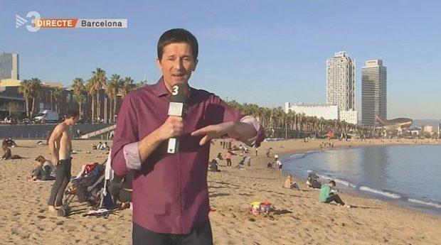 E PAZAKONTË/ Gazetari po raportonte temperaturat e larta, papritmas shfaqet një pushues nudo (VIDEO)