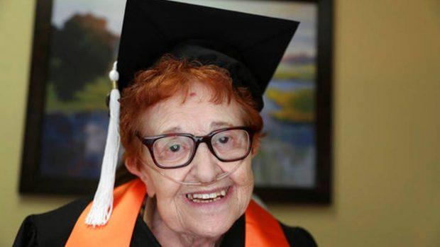 JO ËNDËRR POR REALITET/ Pensionistja diplomohet në moshën 82-vjeçare