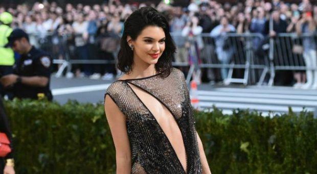 """""""100 MILION NDJEKËS""""/ Kendall Jenner feston gjysmë e zhveshur në Instagram (FOTO)"""