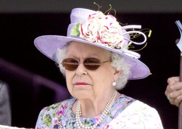 SI TË GJITHË NJERËZIT E THJESHTË/ Mbretëresha Elizabeth përdor transportin publik për të udhëtuar
