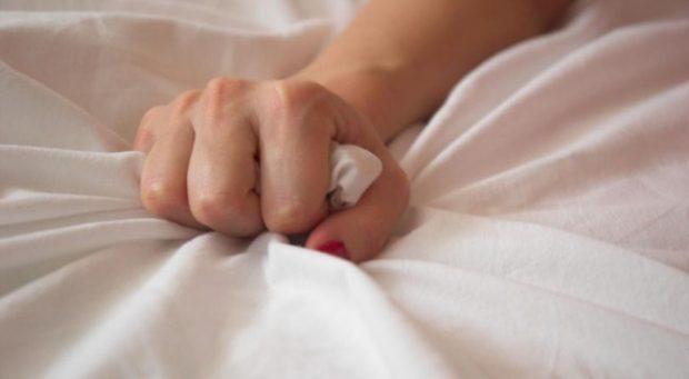 TË PËRDORË DUART E SAJ/ Pozicioni që mund ti ofrojë partneres orgazma, funksionon çdo herë