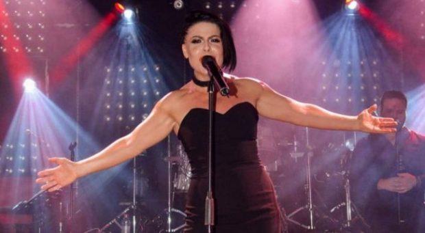 NË SHTËPINË E AURELA GAÇES/ Ja çfarë feston sot këngëtarja e njohur (FOTO)