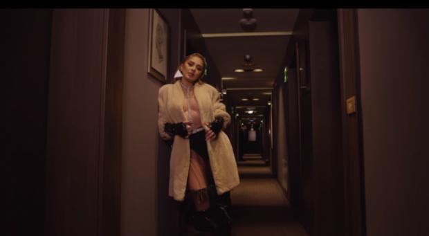 U SHFAQ PA REÇIPETA NË KLIPIN E RI/ Ja si e komenton këngëtarja e njohur paraqitjen e saj (VIDEO)