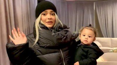 EDHE PSE E RE NË MOSHË/ Kylie Jenner i di shumë mirë detyrat e saj si nënë