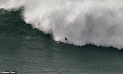 E TMERRSHME/ Sërfisti humbet ekuilibrin, gëlltitet nga vala gjigante (VIDEO)