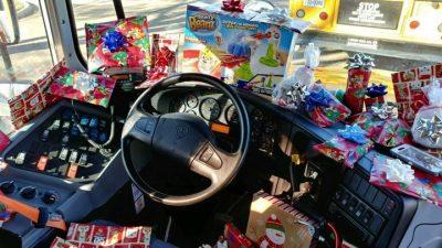 AKT MIRËSIE/ Shoferi autobusi u jep dhurata gjithë nxënësve (FOTO)