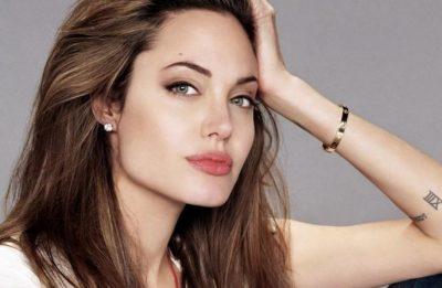"""""""MOS HARRONI TË JENI VETVETJA""""/ Angelina Jolie pozon nudo (FOTO)"""