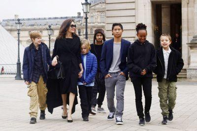 """""""DHUNA SEKSUALE I PREK TË DYJA GJINITË""""/ Angelina Jolie flet për """"temat e vështira"""" me fëmijët e saj"""