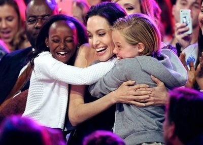 """""""TË LUFTOSH PËR ATË QË DO""""/ Ja këshilla që i jep Angelina Jolie vajzave të saj (FOTO)"""
