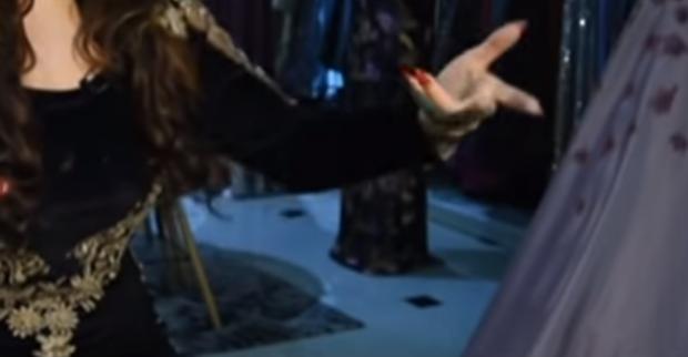 """""""ISHTE MYSAFIRE DHE I HËNGRI TË GJITHA ÇOKOLLATAT""""/ Këngëtarja shqiptare rrëfen momentin qesharak (VIDEO)"""