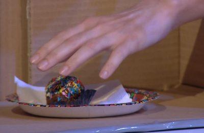 DO SHKRIHENI SË QESHURI/ Moderatorja shqiptare ngatërron ëmbëlsirën me ka**n e qenit (VIDEO)