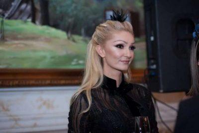 PAS LAJMIT TË SHTATZANISË/ Modelja shqiptare shfaqet për herë të parë në publik (VIDEO)