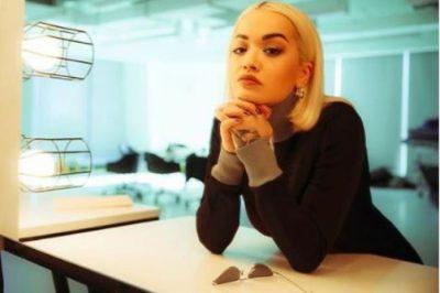 EDHE PSE KA STIL TË VEÇANTË/ Rita Ora pranon se kurrë nuk është e kënaqur me veshjen e saj (FOTO)