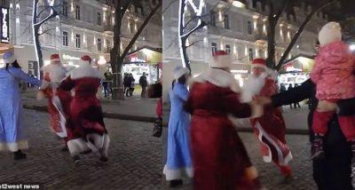 LUFTA PARA KRISHTLINDJEVE/ Babagjyshët rivalë grushtohen në rrugë (VIDEO)