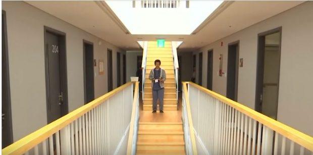 E PABESUESHME/ Në këtë burg njerëzit hyjnë vullnetarisht (VIDEO)