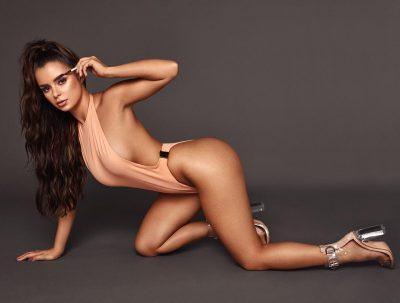 """NUK DI TË NDALET/ Modelja britanike publikon foton me dekoltenë """"shpërthyese"""""""