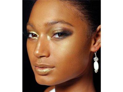 PËR FESTAT E FUNDVITIT/ Ja si mund të bëni një makeup shkëlqyes të artë