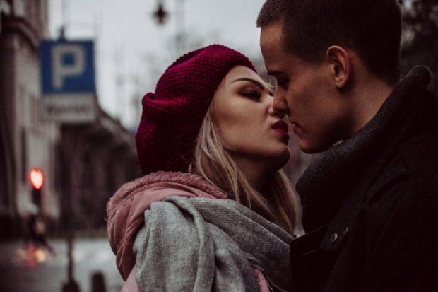 SIPAS SHENJËS SË HOROSKOPIT/ Zbuloni cilat janë puthjet që pëlqeni dhe ato që urreni