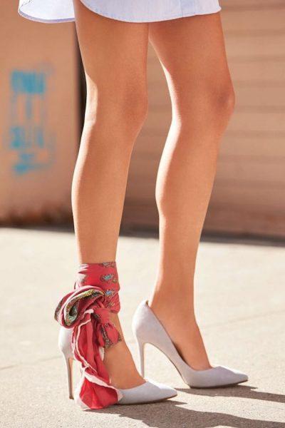 HARROJINI ÇORAPET/  Vendin e ka zënë shalli për kyçin e këmbëve dhe është trendi më i ri i modës