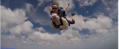 U HABITËM/ Mosha nuk ndal 102 vjeçaren, hidhet me parashutë për bamirësi (VIDEO)