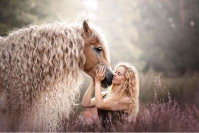 """E MAHNITSHME/ Kali """"Rapunzel"""" çmend rrjetin me flokë bjonde (FOTO)"""