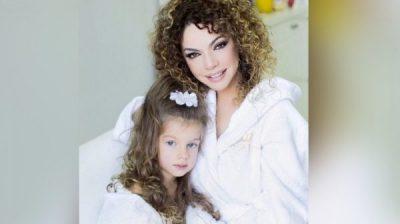 MBUSH SOT 7 VJEÇ/ Brenda ditëlindjes së veçantë të vajzës së Inis Gjonit (VIDEO)